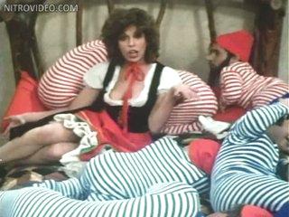 Slutty Retro Babe Anne Gaybis Shows It All In a Hawt Musical Scene