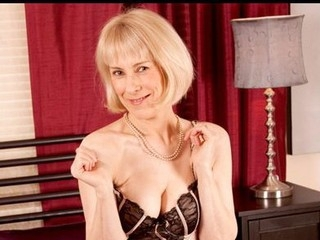 Fit golden-haired granny brings herself to agonorgasmos with a sex toy