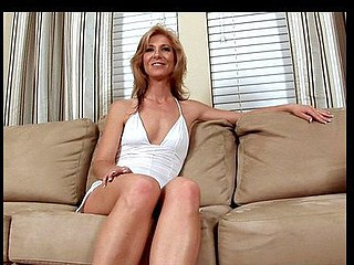 Glamorous Anilos mother i'd like to fuck Dee Dee exposes her rosy wet snatch