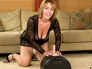 Glamorous cougar thoroughly enjoys her 1st sybian ride