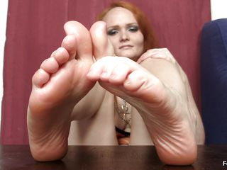 this babe really can't live without the feet