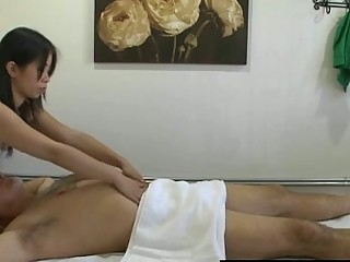 Thai masseuse bonks client and makes him cum