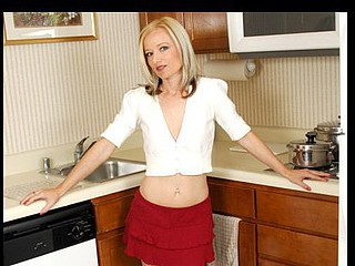 Petite golden-haired cougar Heidi Hanson stuffs a thick sextoy in her furry slit