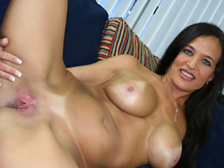 Spanish MILF Angel Caliente Widen Her Legs Apart